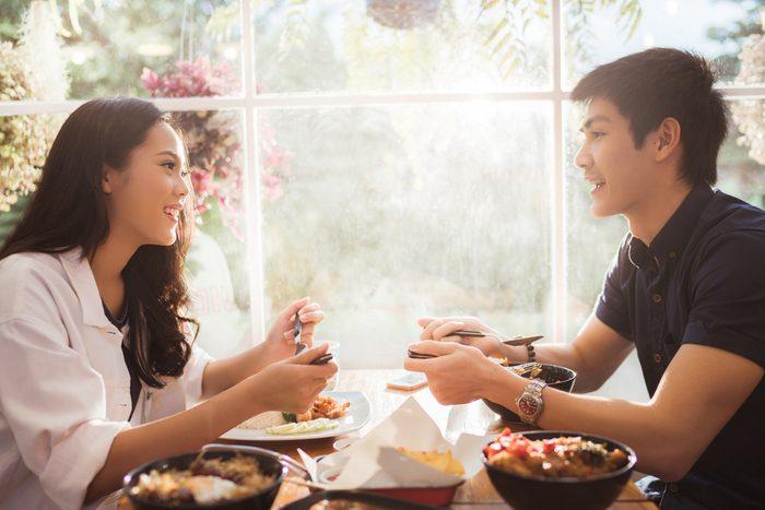 couple eating dinner_weeknight food prep tips