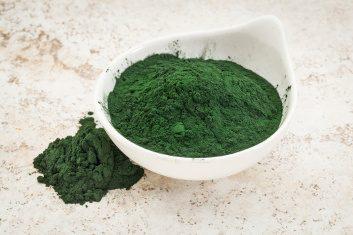 Detoxify with spirulina powder