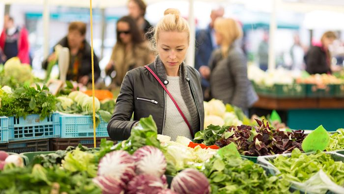 healthiest vegetables, woman shopping for veggies in a market