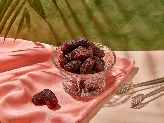 medjool dates | picture of medjool dates in a glass bowl